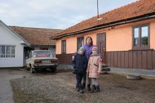 Nastia und Kola wohnen in einem kleinen Dorf in der Westukraine