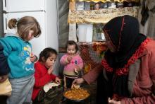 gemeinsame Mahlzeit im Flüchtlingslager