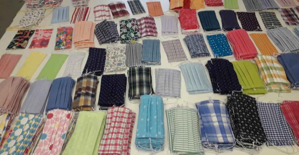 bunte Gesichtsmasken aus gebrauchten Kleidungsstücken