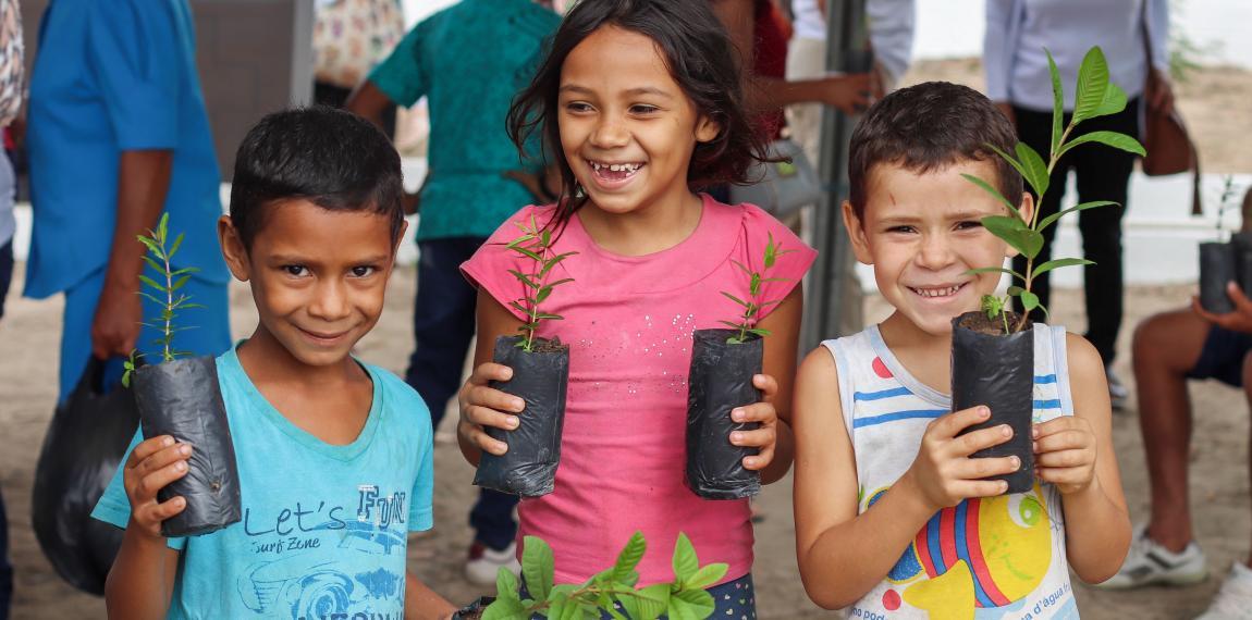 Kinder bei der Baumpflanzaktion