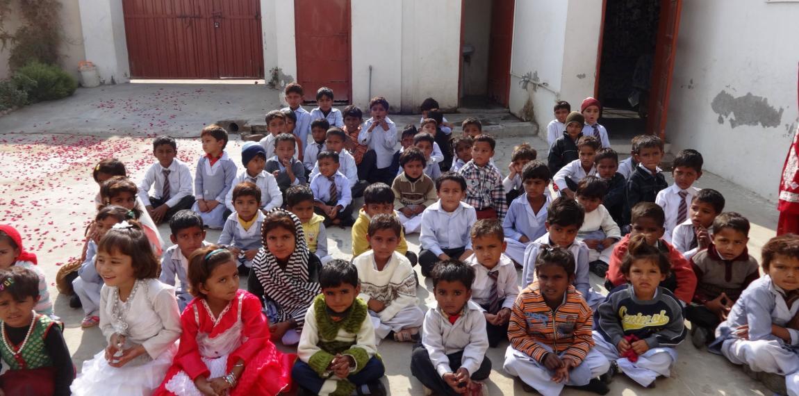 Pakistanische Schülergruppe im Hof