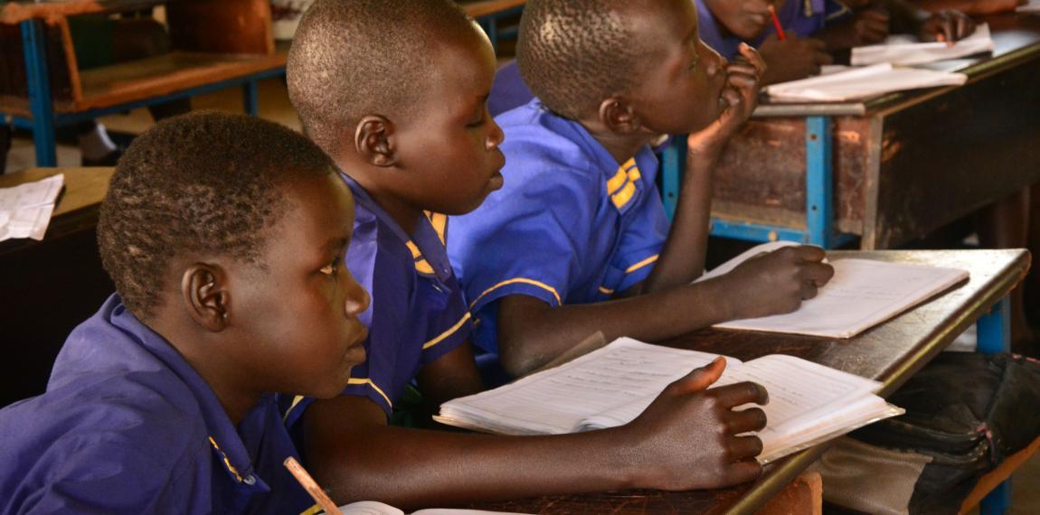 Schülergruppe beim Unterricht im Straßenkinderzentrum
